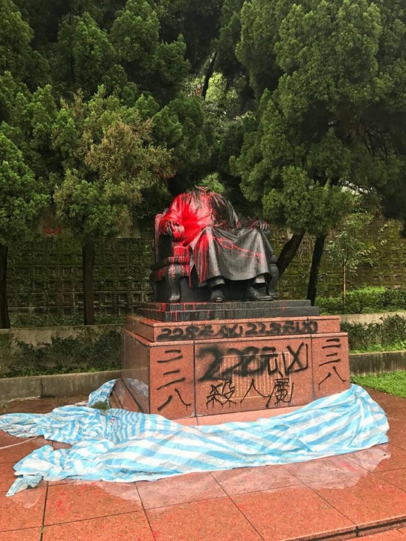陽明山國家公園的蔣介石銅像,3年前遭主張早日實現轉型正義的68歲獨派人士郭志剛持菜刀等物「斬首」,並噴上「228元凶殺人魔」字樣。(資料照,記者陳恩惠翻攝)