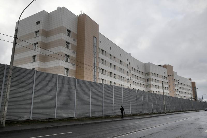 俄羅斯一名女子不願被隔離,弄壞電子鎖,自柏金醫院逃離。(美聯社)