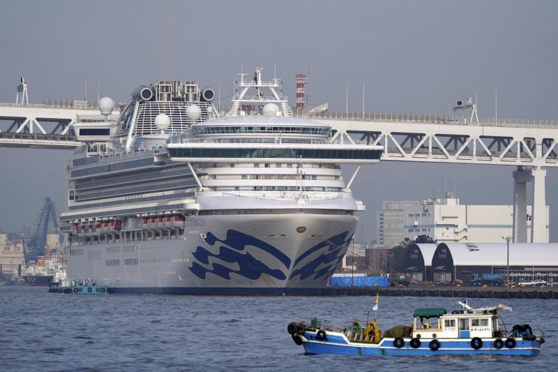 停靠在日本的鑽石公主號(見圖)已有200多人確診感染武漢肺炎,美國決定明(16)日將派包機接回船上的美國公民。(歐新社)