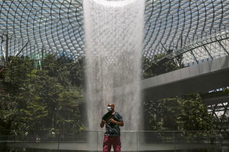 新加坡近日確診人數大幅提升,繼昨一日增加9起案例,創疫情爆發以來單日最高紀錄後,今日新加坡當局又宣布新增5起案例。圖為新加坡珠寶樟宜機場購物中心的雨渦。(歐新社)