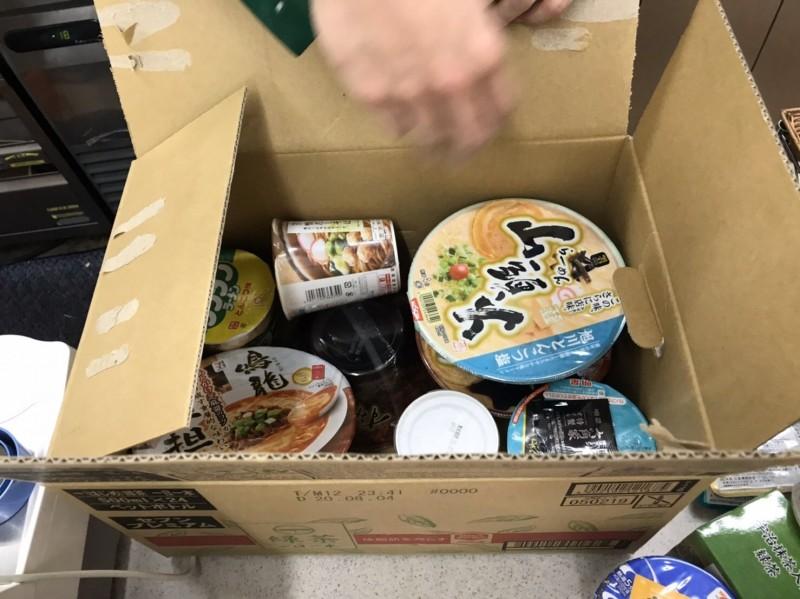 鑽石公主號上85歲確診台灣老翁的兒子,15日收到友人寄來的泡麵。(讀者提供)