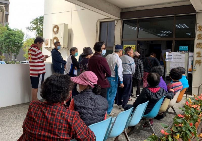 各衛生所2月16日起,加入販售口罩的行列,開賣首日吸引不少民眾前往排隊購買。(南市衛生局提供)