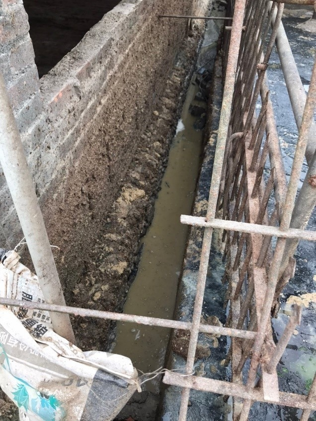 養豬場排水溝布滿豬糞廢水。(記者蔡清華翻攝)