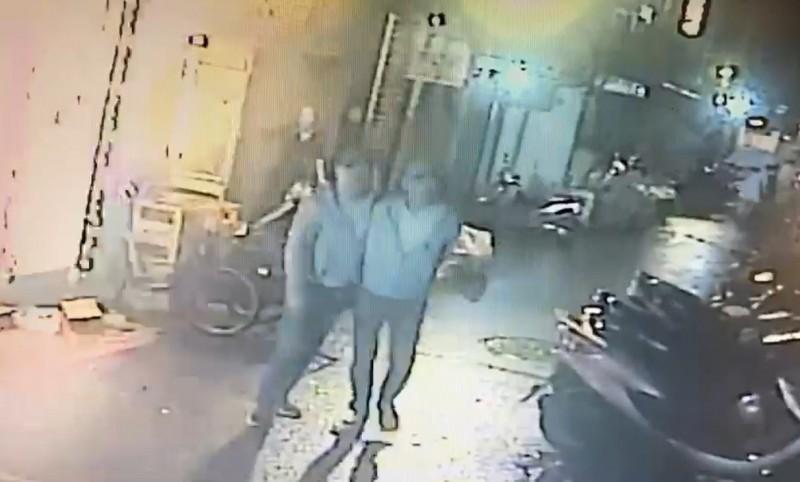 方、施兩人犯案後逃離現場。(記者王冠仁翻攝)
