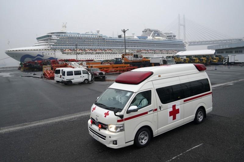 日本一名消防隊員日前協助鑽石公主號郵輪上確診武漢肺炎患者送醫,該名消防員後來確診為武漢肺炎患者。圖為駛離鑽石公主號的救護車。(彭博)