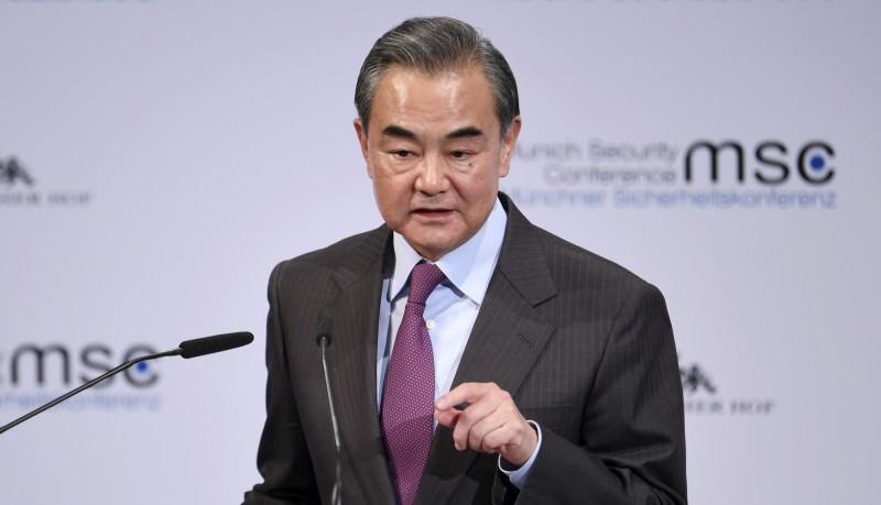 中國外交部長王毅表示,中國新病例的減少證明疫情是可控的。(美聯社)