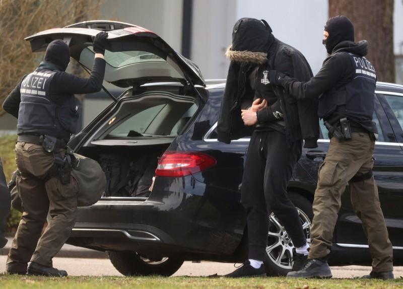 德國疑似涉嫌謀劃暗殺政客、穆斯林及難民,試圖推翻政權的極右派恐怖份子12人週五(14)被捕,將被持續拘留直到調查結果出爐。圖中右2為嫌犯之一。(路透)
