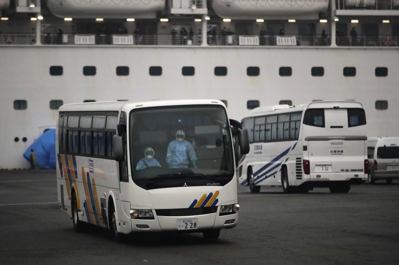 美國包機將於今晚抵達日本,載送鑽石公主號郵輪上的美籍乘客,日本自衛隊屆時將以巴士載送美籍人士到機場。(美聯社)