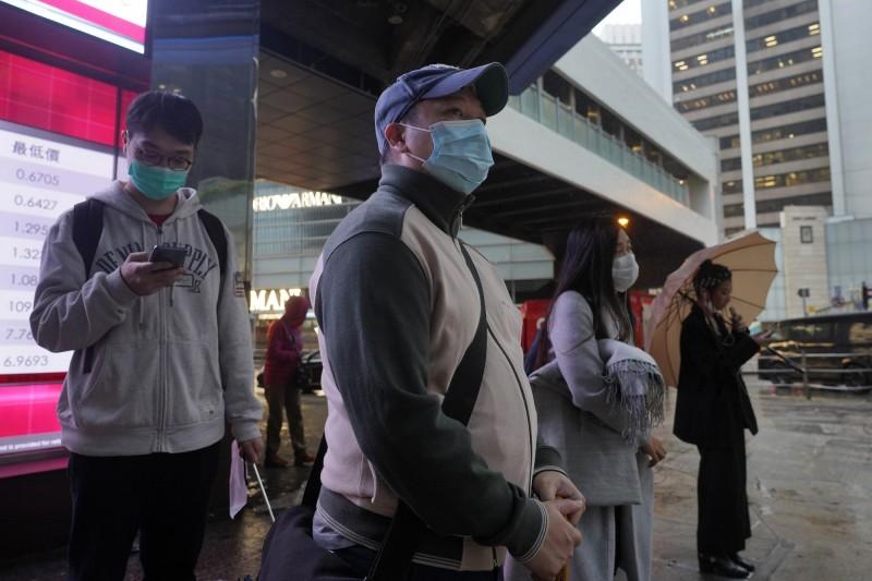 香港今日宣布,當地出現第57例武漢肺炎病例,這名男子本月7日出現發燒和咳嗽症狀後,曾到教堂參與聚會。圖為香港行人,與本新聞無關。(美聯社)