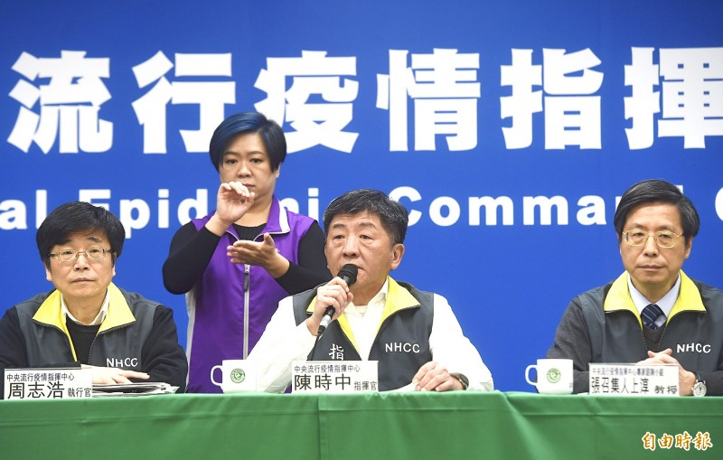 Minister of Health and Welfare Chen Shih-chung is flanked by Centers for Disease Control Director-General Chou Jih-haw, left, and National Taiwan University vice president Chang Shan-chwen as he briefs reporters at a news conference at the Central Epidemic Command Center in Taipei yesterday. Photo: Chien Jung-fong, Taipei Times