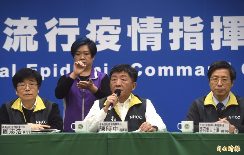 央流行疫情指揮中心指揮官陳時中(中)表示,社區持續人傳人的可能性很低,呼籲不要恐慌。左為中心執行官周志浩、右為專家諮詢小組召集人張上淳。(記者簡榮豐攝)