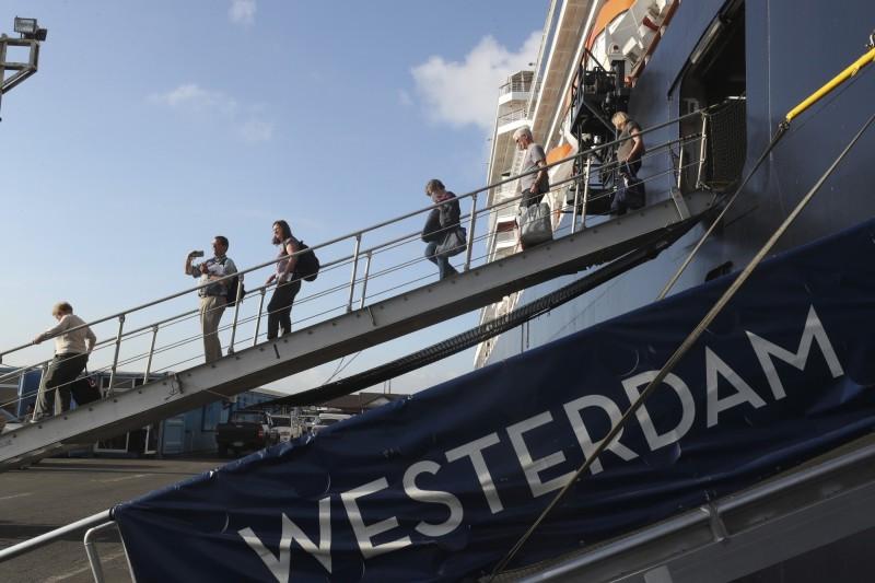 威士特丹號因疫情接連遭多國拒絕靠港,直到14日才在接受柬埔寨檢疫確認無恙後,讓乘客上岸。沒想到15日就有飛至馬來西亞吉隆坡的船上美國籍女性被檢測出病毒陽性反應,確診武漢肺炎。(美聯社)