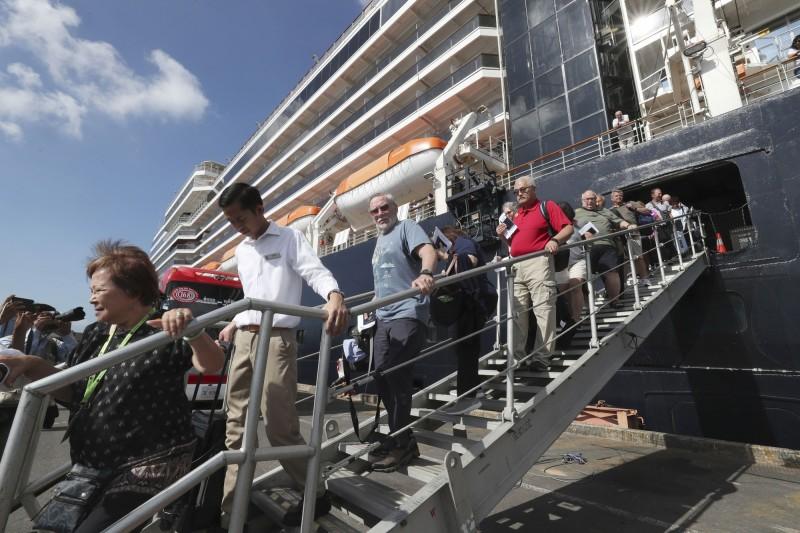 威士特丹號乘客在海上漂泊多日,14日終於獲准在柬埔寨靠岸,通過檢疫遊客下船。(美聯社)