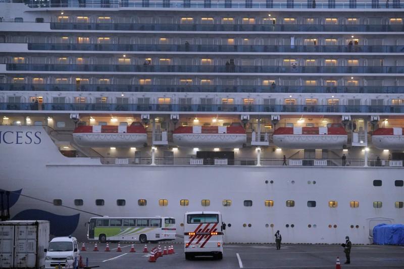 鑽石公主號郵輪困在橫濱港碼頭,疫情持續擴散,至今確診患者已達355人。(彭博)