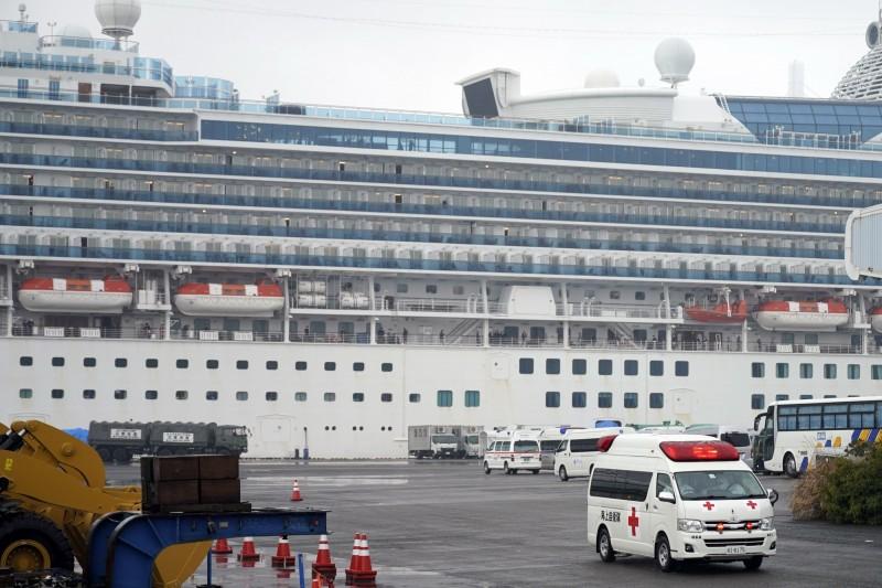 鑽石公主號郵輪累計確診病例達355起,台灣、美國、加拿大、香港準備包機接回乘客。(歐新社)