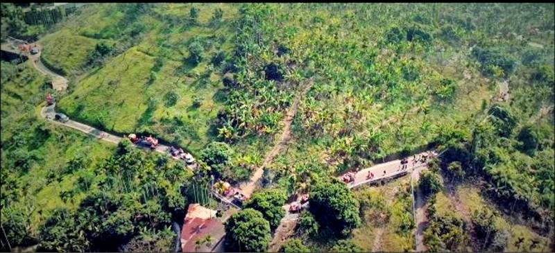 林育陞拍攝紀錄片,呈現白杞寮遶境隊伍沿山路蜿蜒而行的特色。(記者王善嬿翻攝)