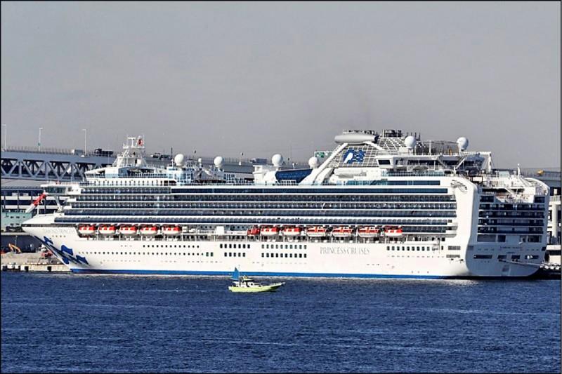 停靠在日本橫濱港的鑽石公主號郵輪,昨日又新增70例武漢肺炎確診病例,累計355人遭感染。(路透資料照)