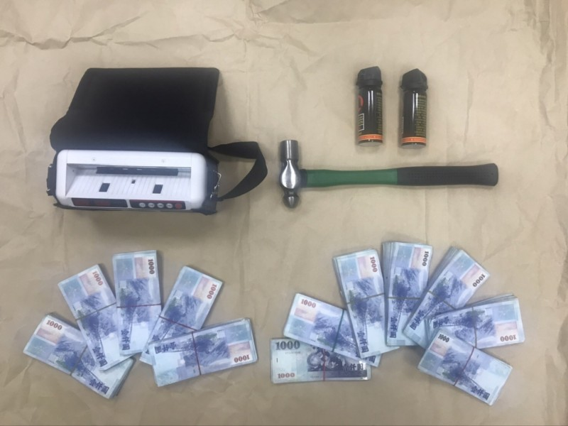 警方追回驗鈔機與贓款190萬餘元,還有鐵鎚等犯罪工具。(記者張瑞楨翻攝)