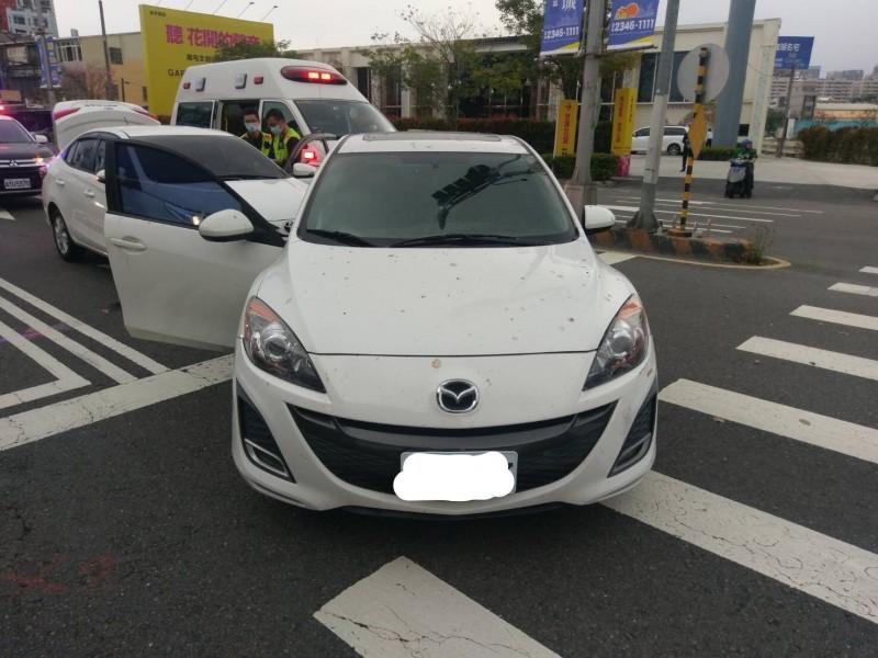 搶嫌用白色汽車堵在阮男駕駛的白車前方,搶劫得逞後,搭乘另一輛黑車逃逸。(記者張瑞楨翻攝)