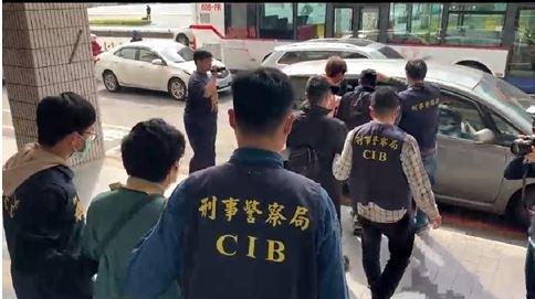 警方逮涉嫌竊電的楊姓父子檔3人。(記者姚岳宏翻攝)