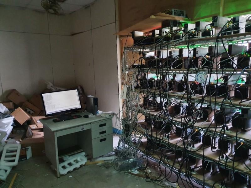 楊姓父子3人裝設大量比特幣等虛擬貨幣挖礦機牟利。(記者姚岳宏翻攝)