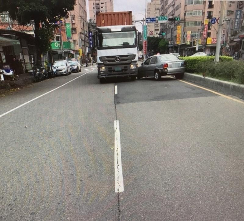 黃姓駕駛被擦撞左後方後太緊張,竟將方向盤向左打,整輛車180度迴轉。(記者吳昇儒翻攝)