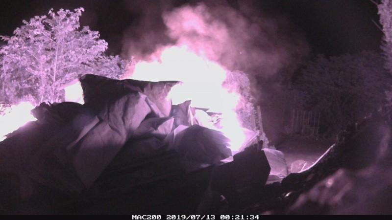 縮時影片拍到業者正在焚燒廢棄物。(新北環保局提供)