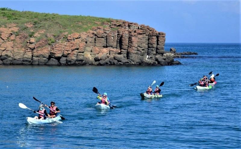 西嶼合橫國小推動海洋教育,每位學生都須具備獨木舟技能。(合橫國小提供)
