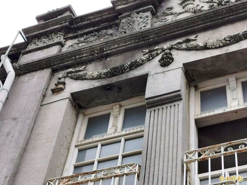 店家建築立面的泥塑綴飾掉落。(記者吳俊鋒攝)
