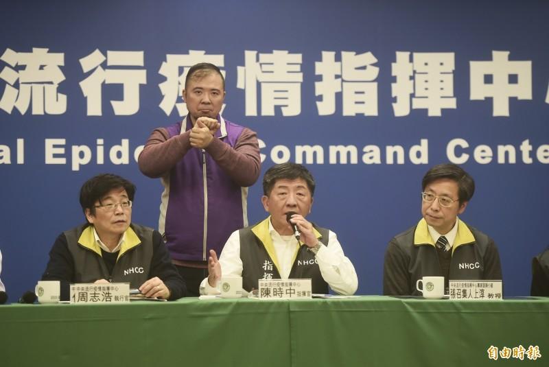 中央流行疫情指揮中心諮詢小組召集人張上淳(右)17日晚間出席記者會說明疫情。中為中心指揮官陳時中。(記者林正堃攝)