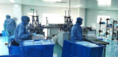 黑龍江省最大規模的口罩生產企業齊齊哈爾恆鑫醫療用品有限公司,在1月26號春節期間(初二)因應疫情復工,每日生產5萬個醫療口罩。(圖取自微信)