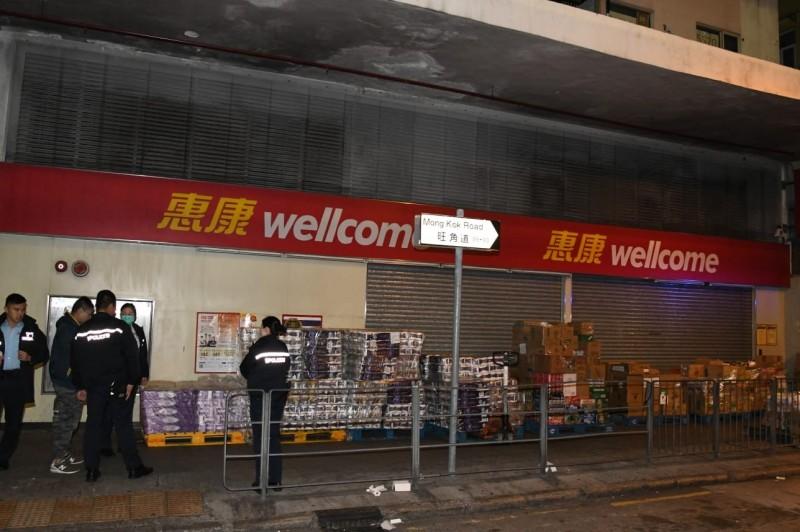 香港歹徒持刀搶走衛生紙,圖為尚在超市前未被搶走的衛生紙,警方控管現場。(圖擷取自香港《星島日報》)