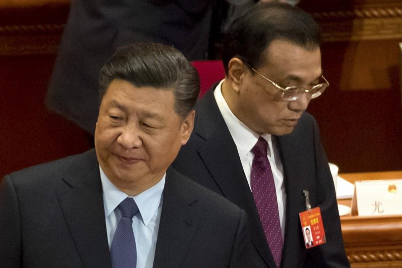 受到武漢肺炎疫情影響,中共將在24日討論是否將中國全國人民代表大會會議、中國人民政治協商會議全國委員會(兩會)延期召開。圖為中國國家主席習近平與國務院總理李克強去年3月出席人大會議。(美聯社)