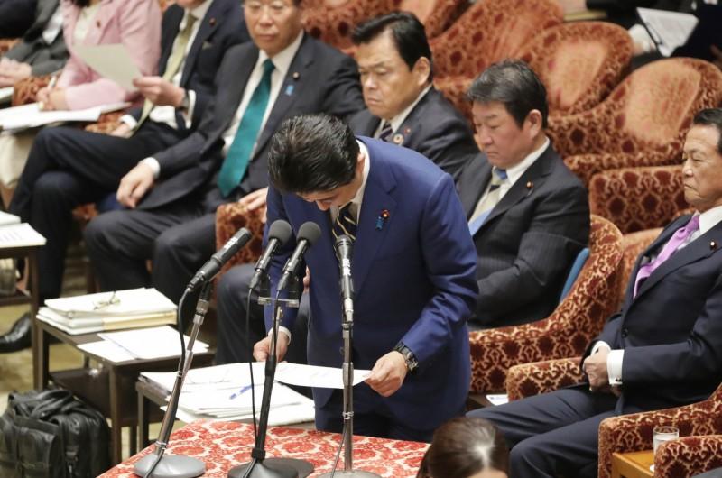 日本《共同社》在15日及16日實施的日本全國電話民調結果顯示,來到41.0%,相較前次於1月進行的民調下降8.3%。(法新社)