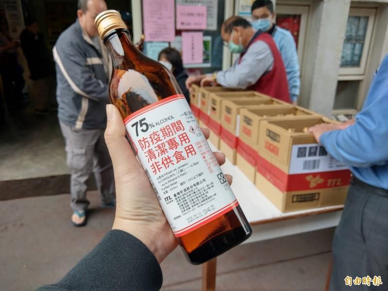 藥師公會全聯會今天宣布,本週起全台6000多家健保藥局將販售防疫酒精,採小瓶裝,每瓶300ml、售價40元。圖為台灣菸酒公司宜蘭酒廠生產的大瓶裝防疫酒精。(資料照,記者張議晨攝)