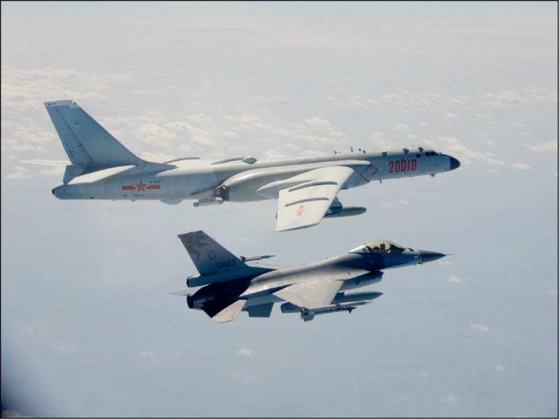 國防部日前公布我國F-16戰機(右)嚴密監控中共「轟六」轟炸機(左)的照片。(國防部提供)