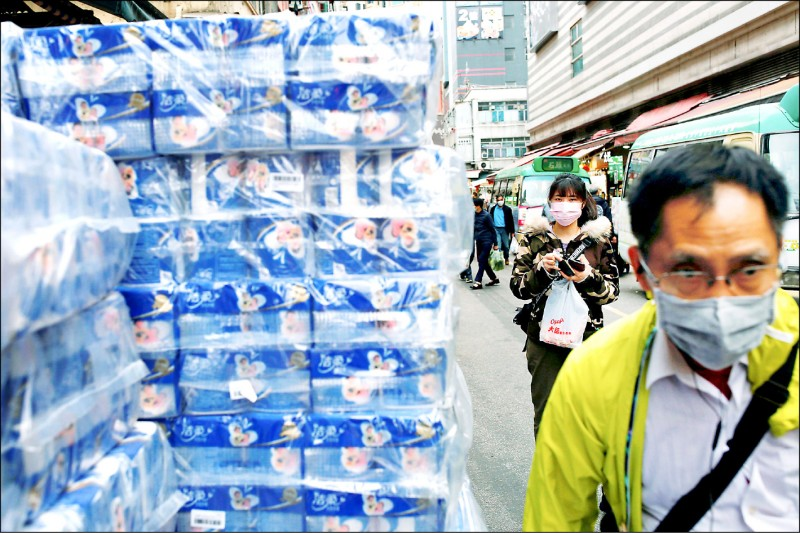 武漢肺炎疫情導致香港民眾搶購物資,甚至有歹徒持刀搶劫超市的衛生紙。(路透檔案照)