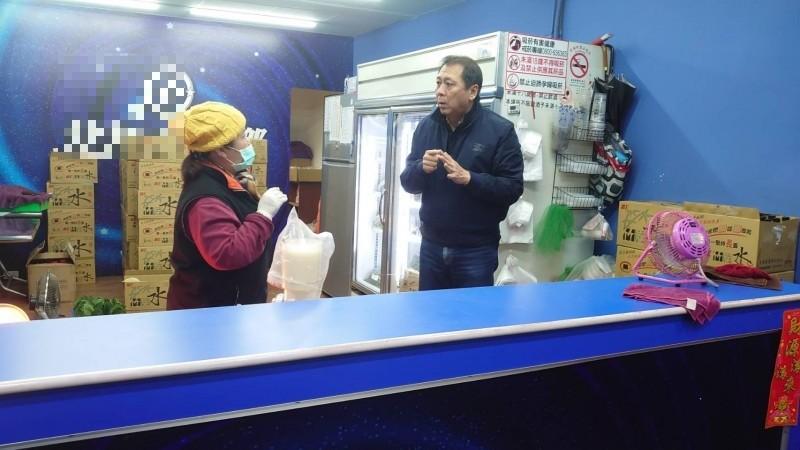 前鎮警分局長林新晃(右)趕赴檳榔攤瞭解案情。(記者黃旭磊翻攝)