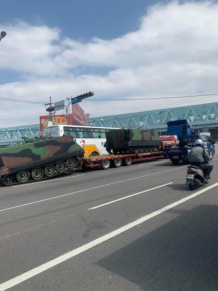 拖車行經烏日的高鐵站附近,後方裝甲運兵車因不詳原因,滑落路面。(記者張瑞楨翻攝自爆廢公社)