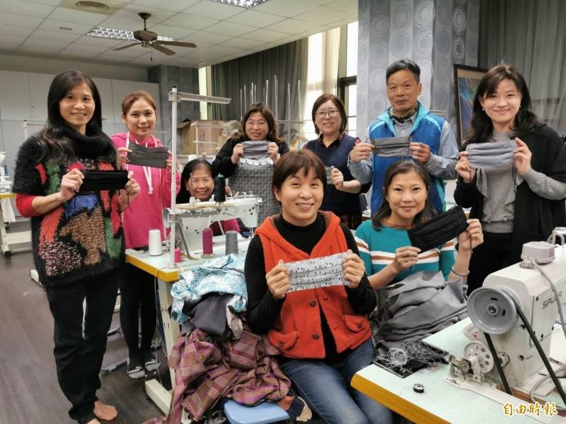 大同技術學院時尚造型設計系老師童麗旭(前排左一、穿橘紅色背心)發起製作口罩布套為防疫盡心力。(記者丁偉杰攝)