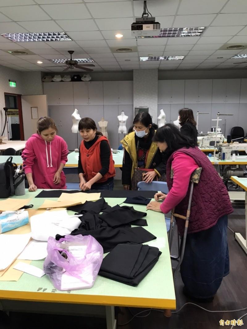 大同技術學院時尚系師生借用縫紉教室製作口罩布套。(記者丁偉杰攝)