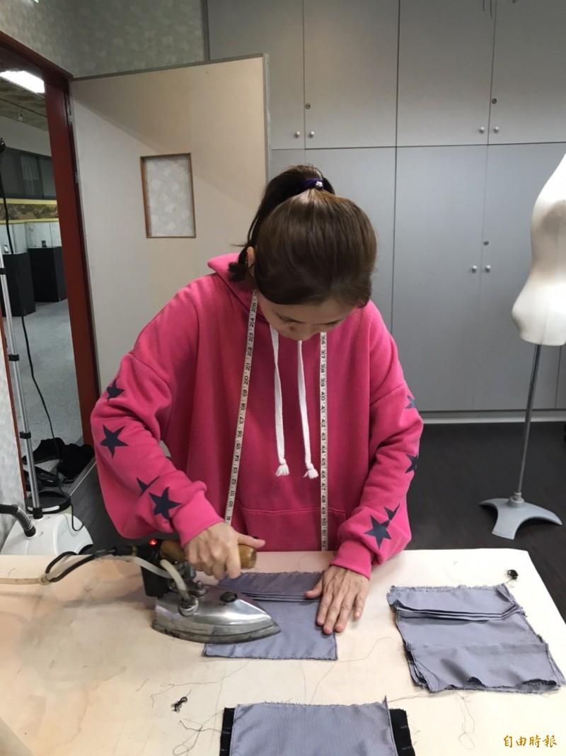 大同技術學院時尚系在職進修學生趁尚未開學,放下手邊工作,製作口罩布套。(記者丁偉杰攝)