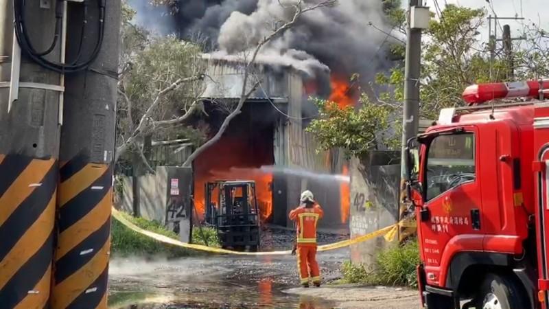 桃園龜山坪頂工廠大火,烈焰、濃煙衝天。(記者鄭淑婷翻攝)