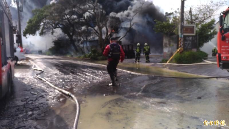 桃園龜山坪頂工廠大火,烈焰、濃煙衝天,由於工廠生產機油類產品,現場也滿是黑油。(記者鄭淑婷攝)