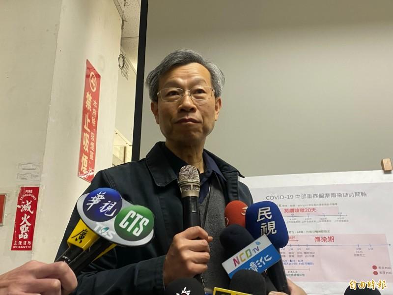 彰化縣衛生局長葉彥伯從司機通記錄和訪談軌跡,分析出3條死亡司機染疫後可能傳染的路線。(記者張聰秋攝)
