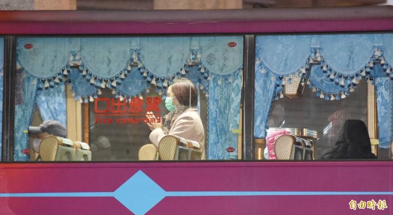首批隔離武漢台商,解除隔離,今晨出檢疫所搭遊覽車返家。(記者廖振輝攝)