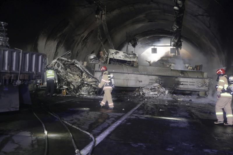 載有1.8萬公升硝酸的化學槽車在連環追撞下翻覆失火。(美聯社)