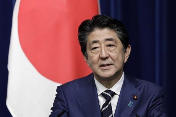 日本《共同通信社》18日公布該社10名員工居家隔離中,原因是曾搭乘擴武漢肺炎確診者開的計程車,還驚傳其中一人是專跑內閣線新聞、日常採訪首相安倍晉三(見圖)的女記者。(彭博)