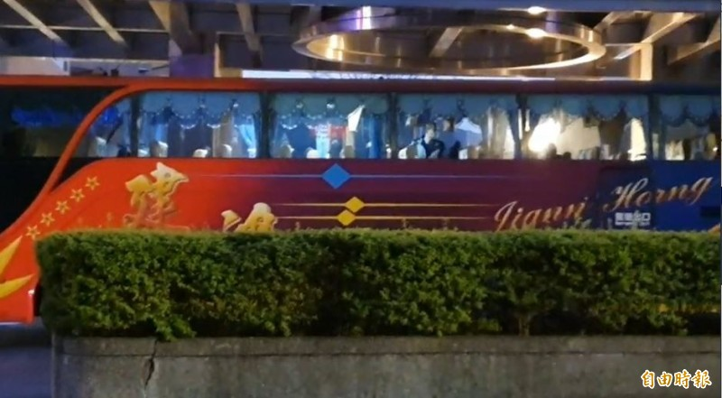 首批隔離武漢台商,解除隔離,今晨出檢疫所搭遊覽車返家。(記者邱書昱攝)