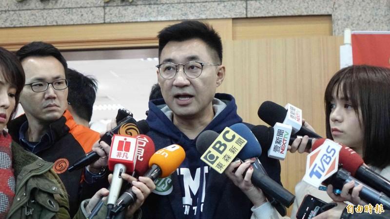 立委江啟臣(中)說,防疫優先,若黨中央決定暫緩黨主席補選就遵守。(資料照)